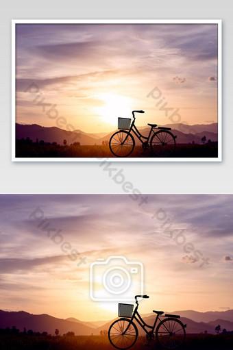 silueta vintage de la naturaleza de la montaña y el cielo del atardecer en el fondo del cielo Fotografía Modelo JPG