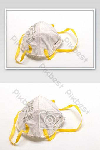 Máscara facial n95 vieja y sucia aislar sobre fondo blanco cerrar mascarilla desechable Fotografía Modelo JPG