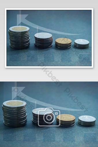 Gráfico de pasos de pila monedas de baht tailandés moneda 1 2 5 y 10 baht de Tailandia Fotografía Modelo JPG