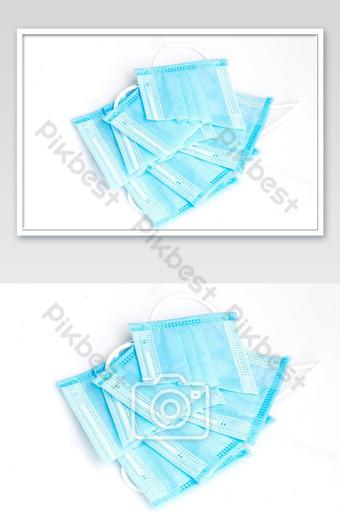 Cerrar las máscaras faciales usadas cortadas sobre fondo blanco para evitar la reutilización de la mascarilla Fotografía Modelo JPG