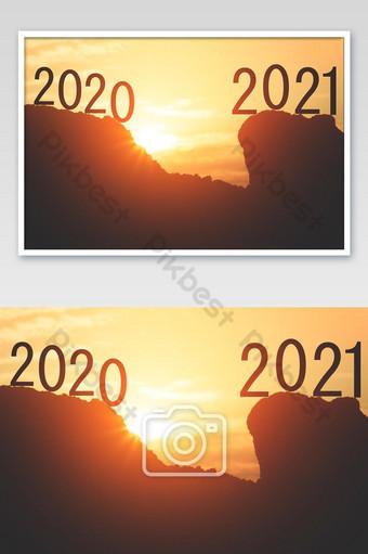 feliz año nuevo 2020 ir recto 2021 año silueta de 2020 y letras de año 2021 en el Fotografía Modelo JPG