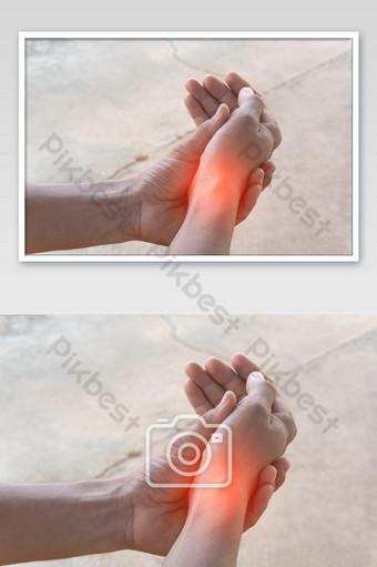 Gros plan de la main d'un homme asiatique qui souffre de douleurs au poignet à cause de l'exercice La photographie Modèle JPG
