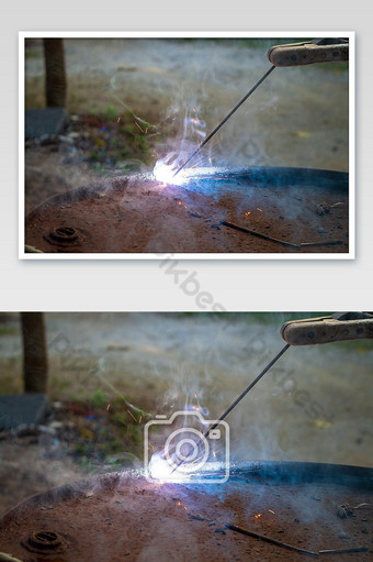 عامل الحديد يقوم بلحام خزان الزيت التصوير قالب JPG