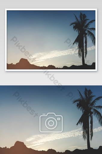 Siluetas de palmeras en el paisaje de montaña contra el cielo durante una puesta de sol tropical Fotografía Modelo JPG