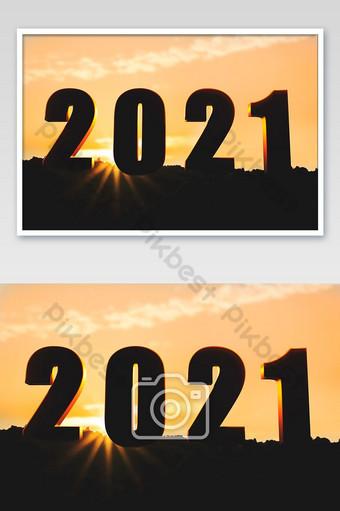 Bonne année 2020, passez directement à la silhouette de l'année 2021 des lettres des années 2020 et 2021 La photographie Modèle JPG