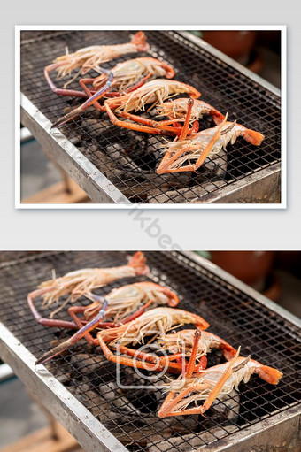 Gros plan, des crevettes de rivière grillées sur le rack de fer sur le charbon de bois La photographie Modèle JPG