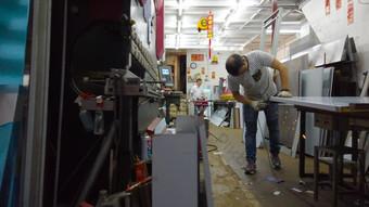 لقطات فيديو حقيقية بدقة 1080 بكسل لعمال يقومون بتلميع أعمال الحديد فيديو قالب AEP